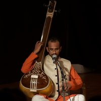 Senior disciple of the Gundecha Brothers gives classes in Dhrupad music, voice culture and yoga of sound.