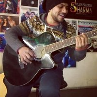 Student in alliance française de delhi is giving the guitar classes and French classes